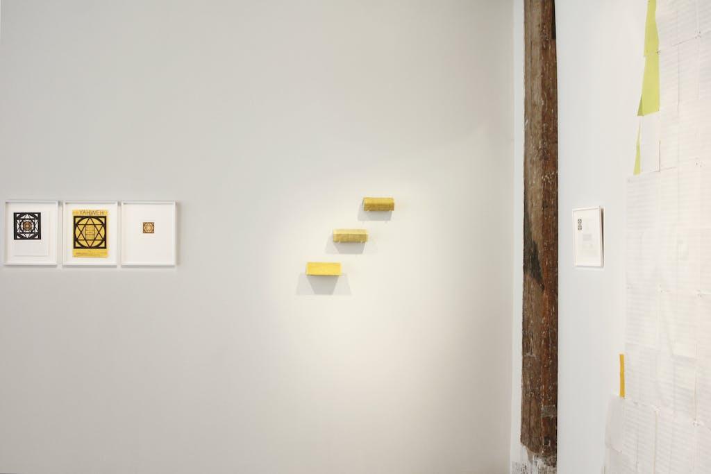 Vue de l'exposition *John Urho Kemp : un triangle des Bermudes*, christian berst art brut, Paris, 2015. - © christian berst art brut, christian berst — art brut