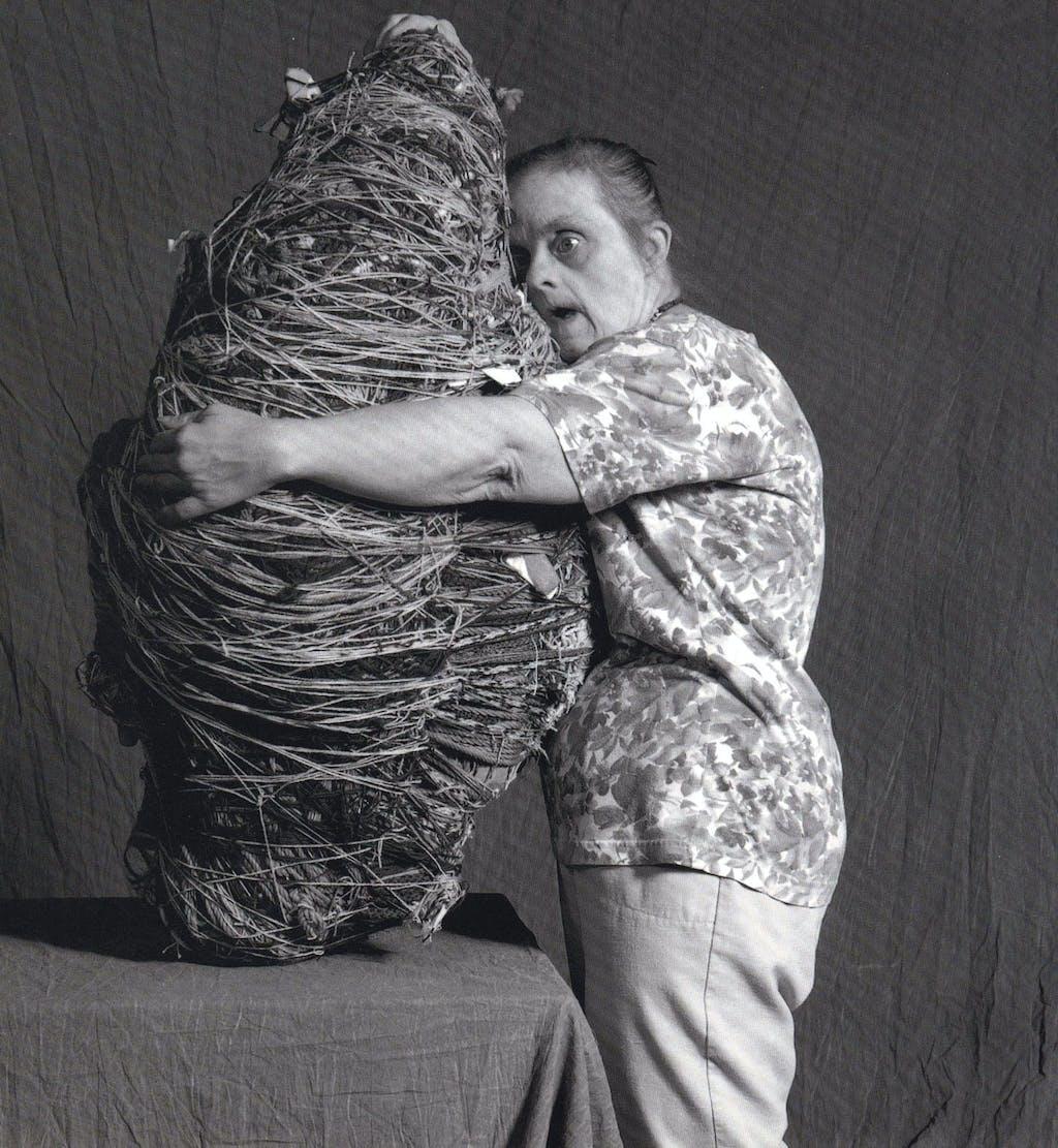 Judith Scott enlaçant son œuvre - © christian berst — art brut