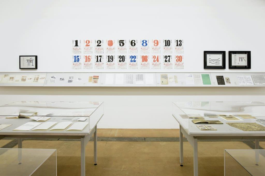vue de l'exposition *scrivere disegnando : quand la langue cherche son autre*, centre d'art contemporain, genève, suisse, 2020. - © centre d'art contemporain, genève, christian berst — art brut